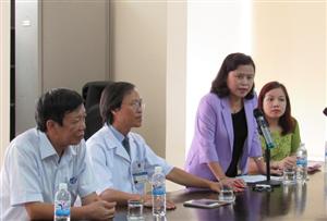 PGS.TS Nguyễn Thị Xuyên trao hỗ trợ cho bệnh nhân ung thư nghèo tại Huế