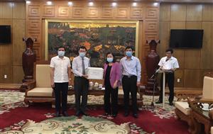 Chủ tịch Tổng Hội Y học Việt Nam và Trưởng Đại diện Tổ chức Y tế Thế giới tại Việt Namthăm và trao tặng tài liệu hướng dẫn chuyên môn cho Bệnh viện đa khoa tỉnh Bắc Giang